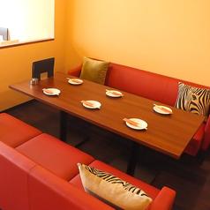 赤いソファーが目を惹く☆さらにクッションはしまうま・・・!?ゆったり寛げる空間なら会話も弾む♪