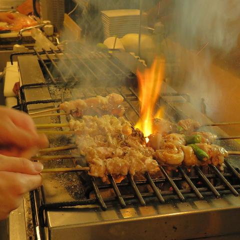 地蔵通りに佇む、炭火焼鳥専門店。「しゃも地鶏」や「すき焼き鍋」も有