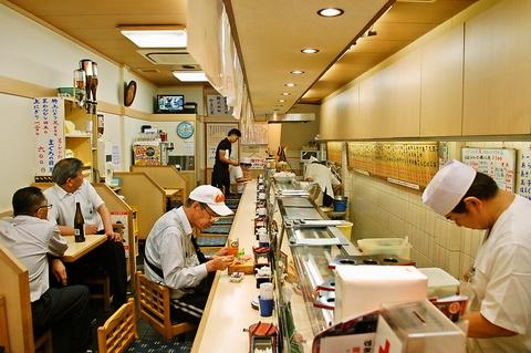 すし職人が毎日新鮮な魚介類を握ってくれる。