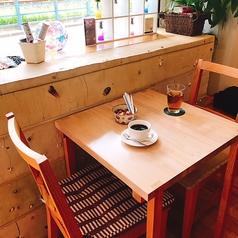 【テーブル席1名様~2名様】窓際のテーブルは、まるでテラス席のように明るいです!日差しを浴びながら、ご飲食をお楽しみください☆