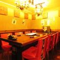 8名様でご利用可能な【半個室】のテーブル席をご用意しております。大きなシャンデリアが輝き、オシャレな空間でお食事をお楽しみいただけます。女子会や各種ご宴会のご利用におすすめのお席となっております。
