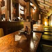 階段をあがるとまるで隠れ家のような屋根裏部屋が・・・。薄明かりの空間はデートや女子会にぴったりで時が経つのも忘れてしまいそう。貸切で宴会をされるならば完全個室にもなり気を使わず楽しくお酒をお飲みいただけます。