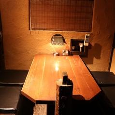 階段を昇ると店内に2階席があります。こちらは4名様向け半個室造りのテーブル席です。同タイプが2室あります。