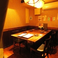6名様でご利用可能な【半個室】のテーブル席をご用意しております。オシャレで綺麗な店内にも関わらず、気取りすぎない木目調のテーブルが居心地の良い空間を演出致します。自分たちだけの空間を存分に満喫してみては。