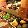 廊下のカウンターにはその日入荷した野菜が沢山!食べ放題やコースでお楽しみ頂けます。