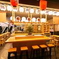 【少人数でのご利用に】ツルマツだけに本物の立派な松があるカウンター席はお一人様大歓迎♪天ぷらやあて巻きを肴にお酒をご堪能下さい!