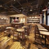 店内にはワインボトルがずらりと並び、スタイリッシュで広々とした空間!