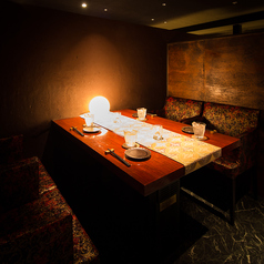 ゆったり過ごせるソファ席。接待や特別なデートにも最適な広くて優雅な完全個室です。