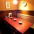 あたたかな灯りのテーブル席でのお食事はいかがでしょうか?落ち着いた店内でゆったりお過ごし下さい。