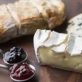美食家を魅了する【コンフィチュール】新鮮なフルーツやハーブなどを砂糖に漬け込んで作るコンフィチュール。海外の感度の高いグルメな人々をはじめ、ワインとコンフィチュールの組み合わせは新常識となりつつある。チーズやワインとの相性も抜群でそれぞれの味わいも引き立てるコンフィチュールに魅了されること間違いなし