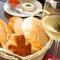【パン】焼きたてパンが食べ放題!種類は日替わりで5~8品。