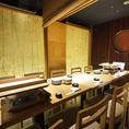 白木造りで明るめのライトに照らされたテーブル個室です。