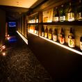 エントランスにずらりと並ぶ希少な焼酎や日本酒。お客様のお気に入りのお酒がきっと見つかるはずです!