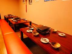 掘りごたつテーブル席。少人数での食事に使いやすい、便利なテーブル席。