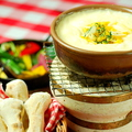 料理メニュー写真名物5種の濃厚チーズ エメンタール、グリエール モッツァレラ 濃厚チーズフォンデュ M