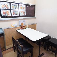 4名様テーブル×1卓ご用意しております。お友達同士や同僚と・・。気軽に一杯できるテーブル席です。