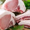 羅豚のこだわりはなんといっても「黒豚」お店で一枚づつスライスしご提供します。あっさりと頂けるお肉はくせがなく、アクとりは必要ありません。