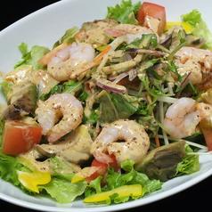 料理メニュー写真エビとアボカドの彩りサラダ