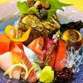 """【藁焼き以外に、海鮮料理も楽しめます】名物の藁焼き以外にも、新鮮な魚介を使用したメニューもございます。""""みかん鯛"""",""""みかん鰤""""などを使用したお造りは、餌にみかんを混ぜて育てたことで魚特有の臭みが少なくおすすめ!こちらのみかん鰤をお鍋で味わえるしゃぶしゃぶは単品料理と宴会コースをご用意しております!"""