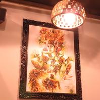 バリ島から輸入した装飾品や家具に囲まれた店内