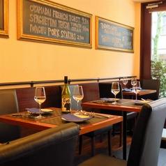 2名様テーブルが5席。最大12名様まで。人数に合わせてレイアウト変更も可能です!デートや女子会、ご友人とのお食事など様々シーンでご利用下さい☆