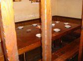 大人数様用の木で囲まれた大きなテーブル席