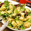 料理メニュー写真アボカドたっぷりグリーンサラダ