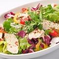 料理メニュー写真ミックス野菜と鶏肉のサラダ