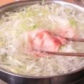 先にネギを鍋に敷き詰め、お肉をさっとお湯にくぐらせます。ネギを一緒にたっぷり巻きつけます。