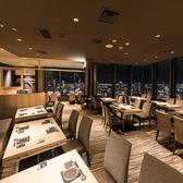 最大45名までのご宴会も可能なテーブル席空間。梅田での会社利用や同窓会など幅広くご利用いただいております。仕切りのフラットな空間で、絶景を眺めながらのご宴会・パーティーは盛り上がること間違いなし♪20名様以上でフロア貸切も可能ですので、大人数での飲み会、同窓会、各種ご宴会に是非ご利用ください。