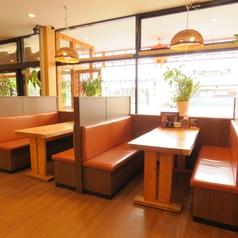 ☆テーブルシート6名席×2つ、窓側に面しています!