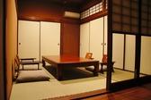 2~4名様の個室は和の雰囲気で、プライベート空間で落ち着いて会食ができます。接待など、大切なお客様のおもてなしにも対応可能。会席膳などの美味しい食事やお酒を楽しみつつ、充実したひと時が過ごせます。