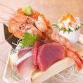 海鮮メニューも豊富にご用意しております!鮮度抜群のその日オススメの鮮魚を木箱からあふれんばかりに盛り付けた箱盛りや、お酒のあてにぴったりの細巻きなども是非ご賞味下さい。
