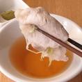 """羅豚では味の強い""""たれ""""ではなく【蕎麦つゆ】(四段仕込)と柚子胡椒であっさりとどうぞ!"""