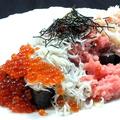 料理メニュー写真ぜんてい名物!いくら・カニ・ネギトロ・釜揚げしらすのこぼれ寿司〈味噌汁付〉