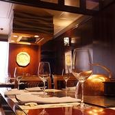 大きな鉄板を目の前にして座れるテーブル席。調理人の技をとくとご覧あれ!臨場感で楽しむ。