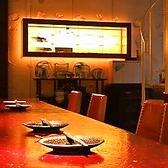 【2階カウンター席:~12名様】キッチンを囲むように配置されたカウンター席は、目の前で調理や仕上げを行うライブ感を満喫できる特等席。ほのかに灯る間接照明が心を落ち着かせる寛ぎの空間です。