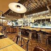 テーブル毎に違った雰囲気を愉しめるのもONE on ONEの魅力の一つ。こちらはフロア中央にある木の温もり溢れるハイチェア―のテーブル席。部署飲み会やクラス会、サークルの打ち上げなど20名様までのご宴会をお愉しみいただけます。天井から下がるおしゃれな照明の柔らかな光が、大人空間を作り出しています