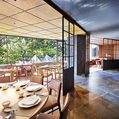 窓に面したテーブル席。窓からは新宿都庁が望めるので、デートやご家族での会食におすすめです。ご利用人数:1~6名様
