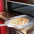 具材をのせて、高温のピザ窯で一気に焼き上げます。