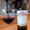 【ロッソ・サレント】イタリア。ミディアムボディ。濃い果実味で舌に絡みつくまろやかな口あたりが特徴的。バランスのとれた酸味と、重量感のあるしっかりとした後味が調和します。南イタリア独特の果実味とボリューム感を活かした赤ワインです。