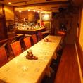 【リゾートテラス風♪一体感ある宴会が可能!】片側がベンチシートになった横並びのテーブル席は、最大18名様までご利用可能です。一体感のあるテーブルでご宴会やパーティーをワイワイお楽しみください♪