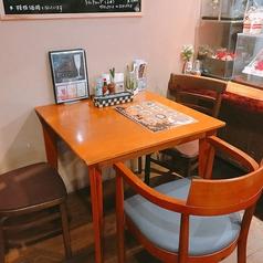 3名様までOKのテーブル席。♪2人きりの時間を楽しみたいデートや、ゆっくりとお食事を楽しみたい時にご利用ください。