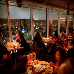 窓側4名様用テーブル。デートや記念日なら…雰囲気バッチリです