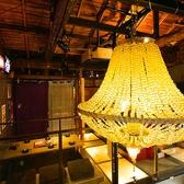 シャンデリアと間接照明が柔らかな光を灯す大人の為の居酒屋。全70席のお部屋は個室、お座敷、ソファ、バーカウンターと豊富で宴会からプライベートまでありとあらゆるシーンで使えます。