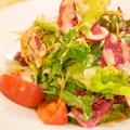 料理メニュー写真十種の野菜を使ったボリュームサラダ
