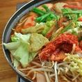 【プデチゲ】キムチ、チーズ、韓国の餅、豆腐、ウインナー、野菜など具材豊富です。