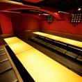【掘りごたつ個室】こちらは会社宴会に最適な掘りごたつ席。赤い壁と和モダンの内装で、女子会や合コンにも人気のお席です。食べ飲み放題コースは3時間のものもありますので、美味しい料理やお酒で楽しい時間をたっぷりお楽しみいただけます。ご予約はお早めにどうぞ!