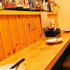 厨房で調理する店主を間近に見ながらお食事をお愉しみ頂ける特等席となっております。お料理に合う焼酎や日本酒を紹介して貰う事も。