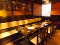 テーブル席は2名様~、最大10名様までご利用いただけます。落ち着いた空間でお美味しいお食事とお酒をお楽しみください。